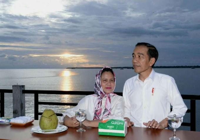 Saat Presiden Jokowi dan Ibu Iriana Nikmati Senja di Kaimana