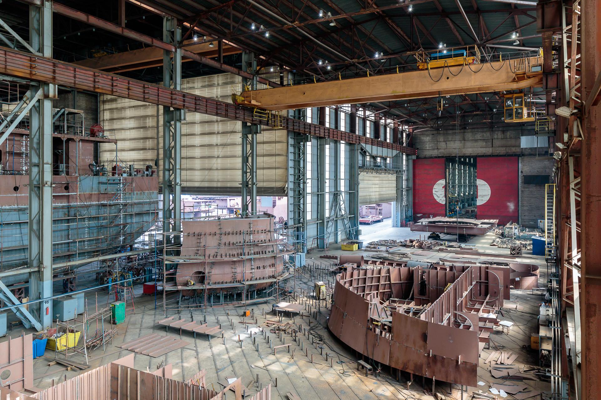Первый пролет эллинга Невского судостроительно-судоремонтного завода, сборка блоков носовой части корпуса сухогруза проекта RSD59