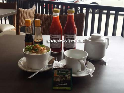 This is my breakfast menu for the day. 1 serving of chicken porridge, 1 small glass of Green Tea, and 1 small portion of Omelette Fried Rice. Only the chicken porridge and tea are ready. Nay omelette fried rice followed. Photo of Asep Haryono