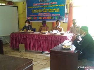 Hadiri Musrenbang Desa Dan Penetapan RKP Desa T.A 2022, Bhabinkamtibmas Ajak Warga Tetap Patuhi Prokes