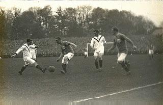 Foto akhir Piala FA pada tahun 1909, yang memenangkan Manchester United (putih) melawan Bristol City 1-0. Ini adalah gelar pertama mereka dalam persaingan ini.