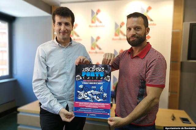 El concejal de Deporte, Gorka Zubiaurre (PNV), con el propietario de Aire Norte