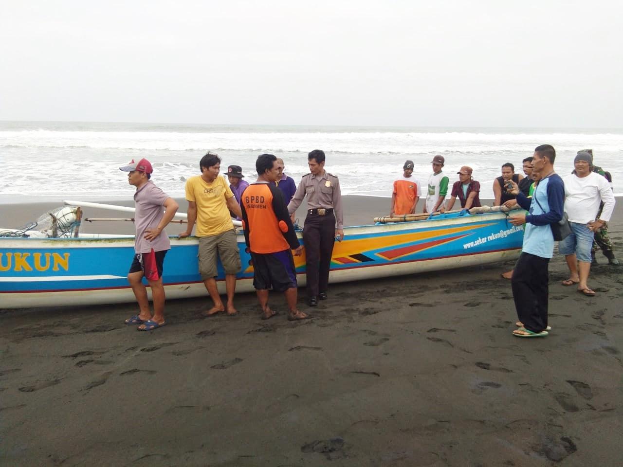 Warga Pasir Hilang Terseret Ombak di Pantai Mirit
