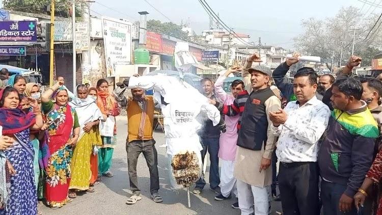 घाट रोड चौराहे पर ऋषिकेश विधायक का पुतला फूंकते लोक जनपार्टी के लोग।