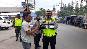 Kanit Lantas Bagikan Masker di Ops Yustisi Polsek Cileunyi Polresta Bandung