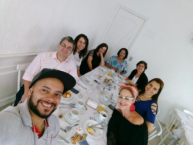 café da manhã com família e amigos