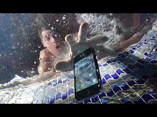 Dejé caer mi teléfono en el agua, ¿Qué debo hacer?