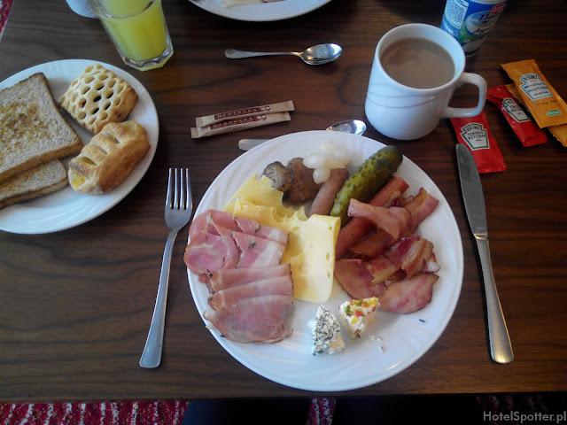 Hotel przylotniskowy Hampton by Hilton Warsaw Airport - zestaw sniadaniowy
