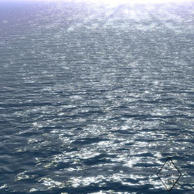 Leeres Meer. Leichte Wellen. Blick von schräg oben, bis weit zum Horizont in der Ferne.
