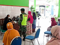 Babinsa Koramil Kapas Bojonegoro Lakukan Pendampingan Pembagian BST Tahap 10