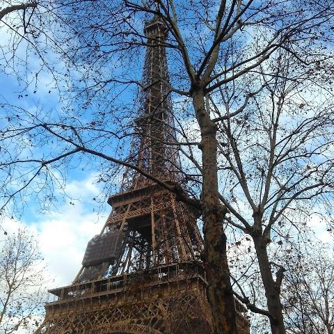 Um ângulo especial da Torre Eiffel que descobri caminhando pelas ruas de Paris