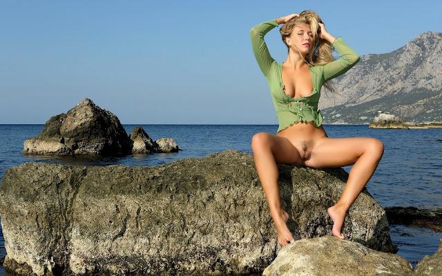 Красивая, полуобнаженная, девушка, кофта, грудь, соски, тело, загар, животик, пися, ножки, поза, сидит, камень, берег, вода, море, горы