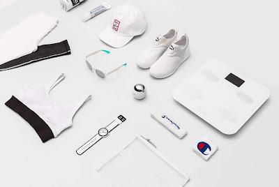 La imagen muestra elementos para el ejercicio: zapatillas, gorra, gafas de sol, camisetas, muñequeras, y también un peso y otros aparatos de media.