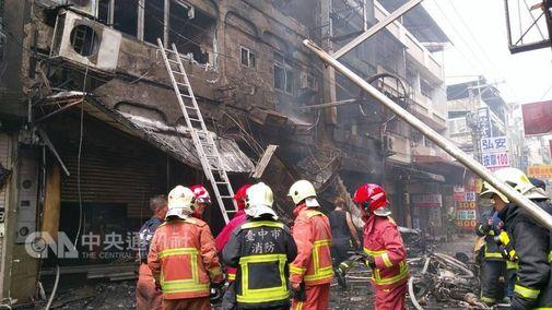SUARABMI.COM - Daftar korban ledakan gas di restoran di area perbelanjaan Feng Chia Taichung bertambah. Laporan terbaru setidaknya ada 1 tewas dan 15 luka-luka dalam insiden ini.  Petugas pemadam kebakaran menemukan 1 mayat tersebut dalam kondisi hangus saat petugas sedang membersihkan puing-puing sisa kebakaran. [ads-post] Korban tewas diketahui seorang wanita namun karena kondisi hangus, mayat sudah tidak dapat dikenali lagi.  Sebelumnya, kebakaran terjadi di restoran di Xi'an Street di Distrik Xitun sesaat setelah tengah hari kemarin dan sisusul ledakan gas, diduga karena ada kebocoran dan tersulut api.  Meskipun petugas pemadam kebakaran yang dikirim ke tempat kejadian mampu menjinakkan api dalam waktu setengah jam, namun ada 14 orang terluka akibat ledakan tersebut dan mengakibatkan kebakaran yang menghanguskan tempat tersebut dimana 5 orang langsung dilarikan ke rumah sakit.