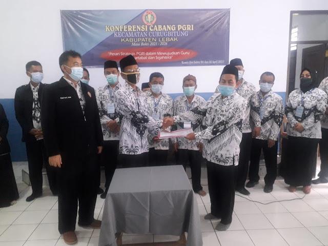 Soleh ketua PGRI Curugbitung sedang menerima serah terima jabatan