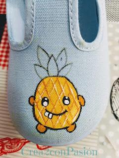 Zapatilla-infantil-azul-pintadas-a-mano-con-piñas-crea2-con-pasión-primeros-pasos