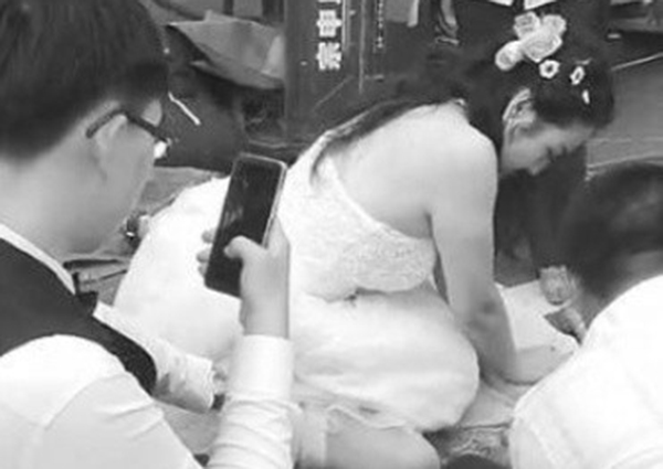 Xie Dan, a nurse from northern China, was posing with her husband last Aug 18 in the streets of Wafangdian in Liaoning province for a pictorial, when the accident needing her response happened.