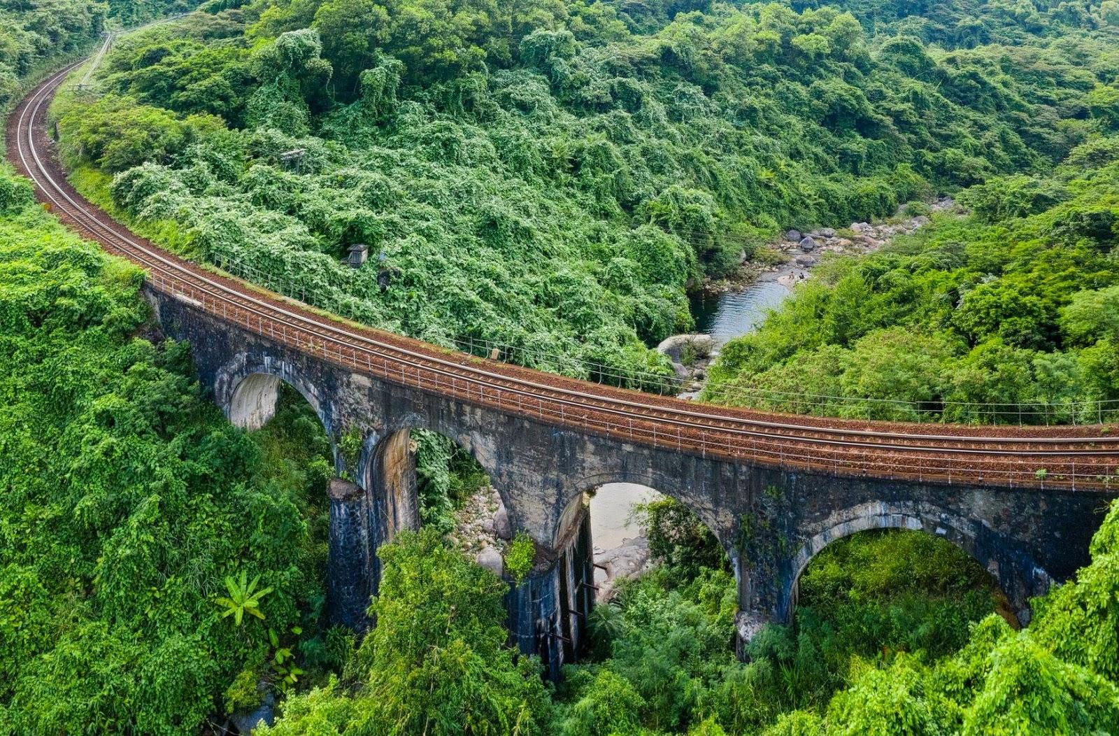 ảnh chụp cung đường sắt ngang dòng suối