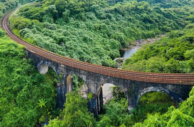 Cung đường sắt tuyệt đẹp ngang đèo Hải Vân với tuổi đời hàng trăm năm