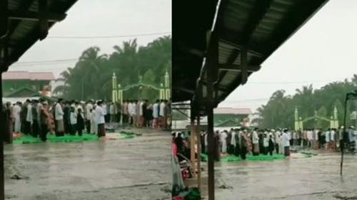 Tak Kebagian Tempat di Masjid, Jamaah Salat di Tengah Guyuran Hujan