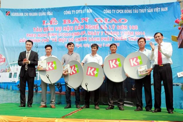 """Đại diện Quỹ """"Khí phách Việt"""" trao tặng 20 đầu thu truyền hình số vệ tinh K+ cho các ngư dân ngư trường Hoàng Sa, Trường Sa."""