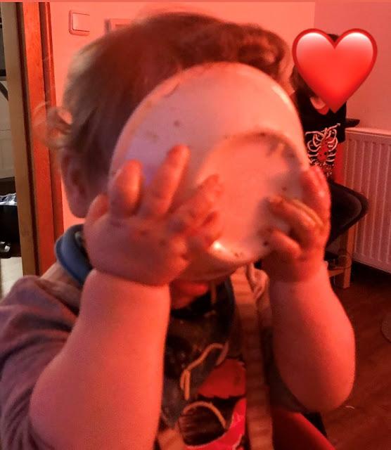 Baby isst aus einer Schale