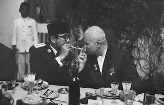 Foto Bung Karno Merokok Bersama Nikita Kruschev / catatan adi