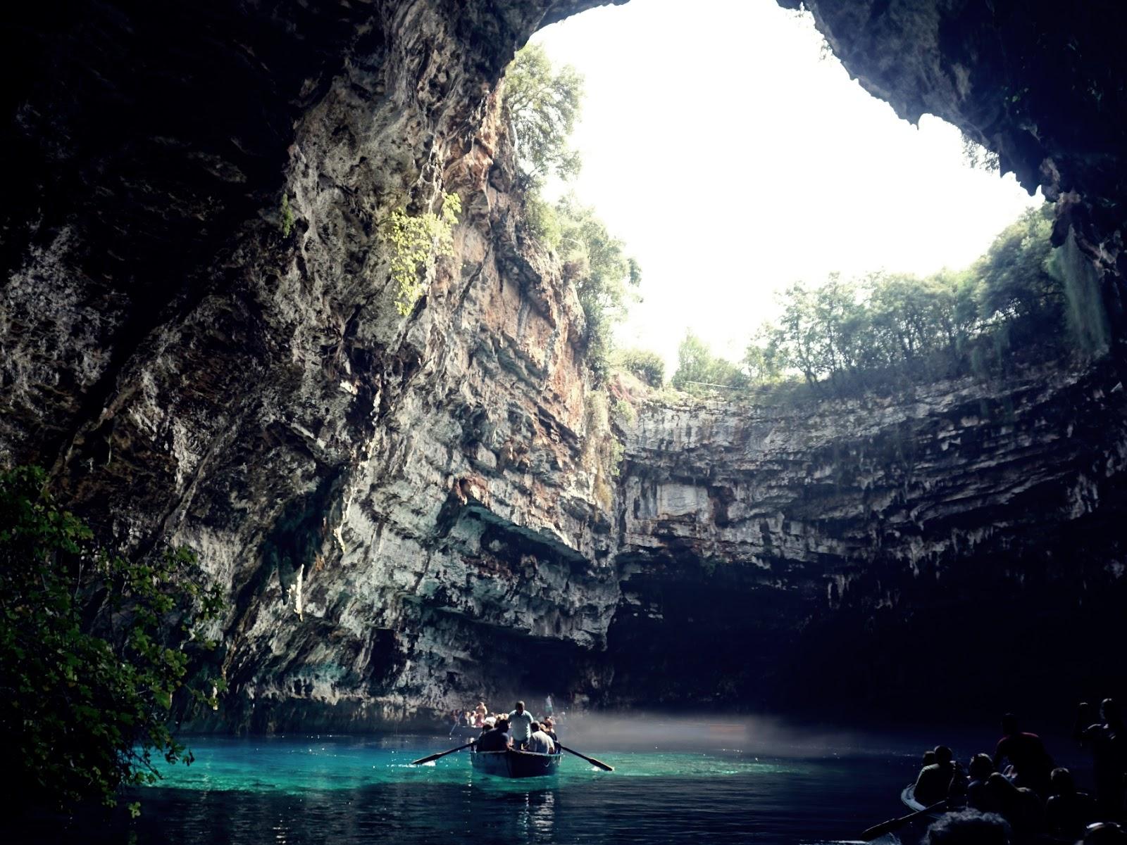 Jeziorko Melissani, podziemne jezioro, jaskinia Melissani, jaskinia nimf, Kefalonia, Kefalinia, Grecja, Wyspy Jońskie, atrakcje Grecji, atrakcje Kefalonii, co zobaczyć na Kefalonii, wakacje w Grecji, lato w Grecji, panidorcia