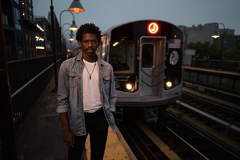 Портрет на фоне поезда метро
