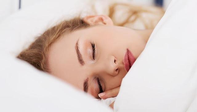 أضرار النوم بالمكياج على البشرة...يسبب ظهور التجاعيد وجفاف الجلد