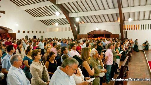 Evangélicos en culto de iglesia en Colombia