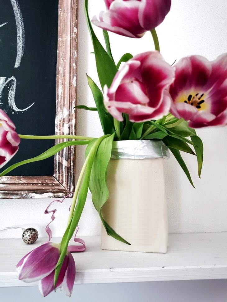 weiße Tetrapackvase mit rosa Tulpen