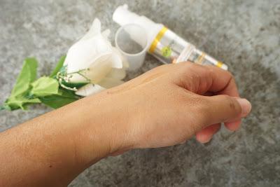garnier-light-complete-white-speed-super-essence-vitamin-c-texture.jpg