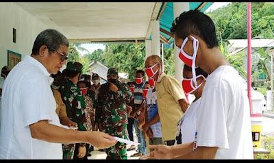 Bupati Maluku Tenggara M. Thaher Hanubun saat menyerahkan BLT kepada di Ohoi Ngufit Bawah