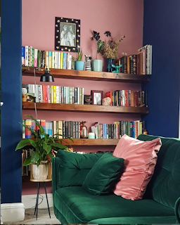 pink and navy blue livingroom with emerald velvet sofa