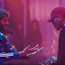 """Lil Dicky e Chris Brown invertem papéis no clipe muito louco da inédita """"Freaky Friday""""; confira"""