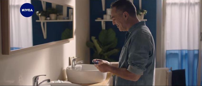 Modella Nivea pubblicità regala un gesto d'amore con Foto - Testimonial Spot Pubblicitario 2017
