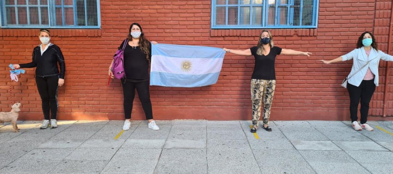 Clases presenciales en CABA: abrazos simbólicos en el conurbano y protesta de padres en Olivos