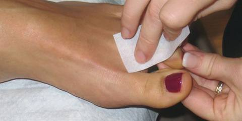 Five steps on how to do a flawless toe waxing.