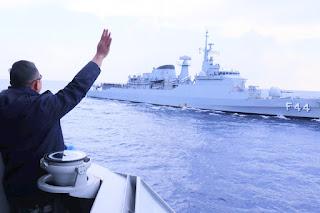 KRI Sultan Hasanuddin-366 Berikan Salam Perpisahan Kepada Kapal Perang Brazil
