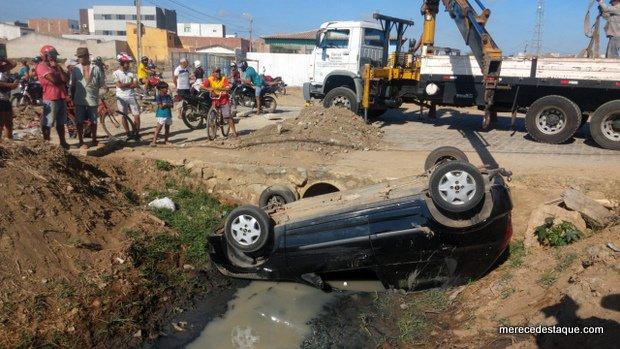Carro capota e cai dentro de canal na via de acesso ao bairro Santo Agostinho, em Santa Cruz