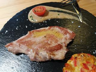 Presa ibérica de bellota con soufflé de calabaza y crema de boletus. Restaurante Pando. El Tapeador: tapas en Sevilla