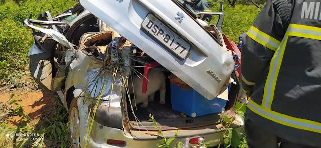 BARREIRAS: Pneu estoura e carro capota na BR-242 nesta quinta-feira(28)