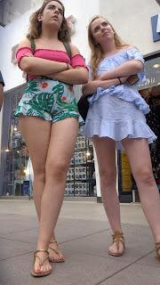 Hermosa rubia pequeños shorts apretados