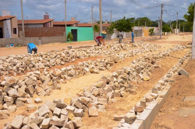 Prefeitura de Guamaré realiza obra de pavimentação, calçadas e muros no conjunto Paulo Bento