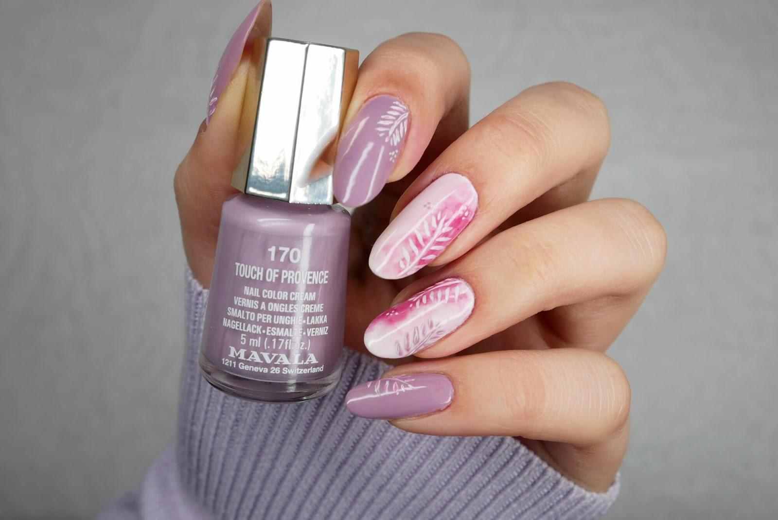 jasnofioletowe paznokcie z blurem