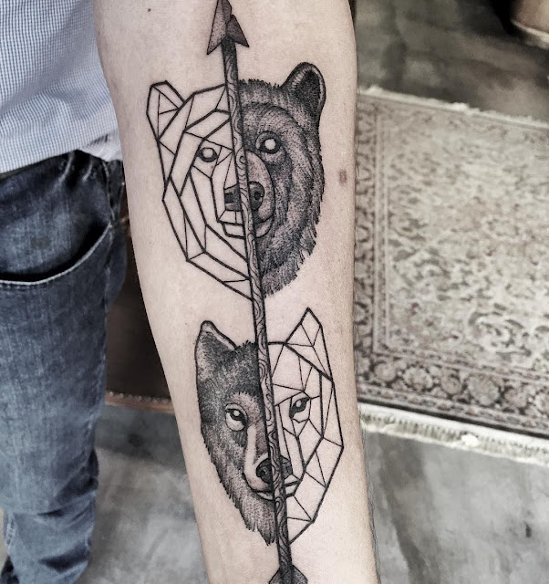 Tatuagem geométrica com lobo e urso com seta no meio dos dois.