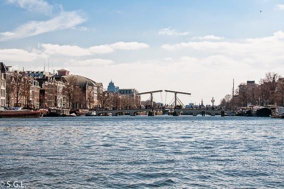 Puente sobre el rio Amstel, Magere Burg en Amsterdam. Paseo en barco por sus canales