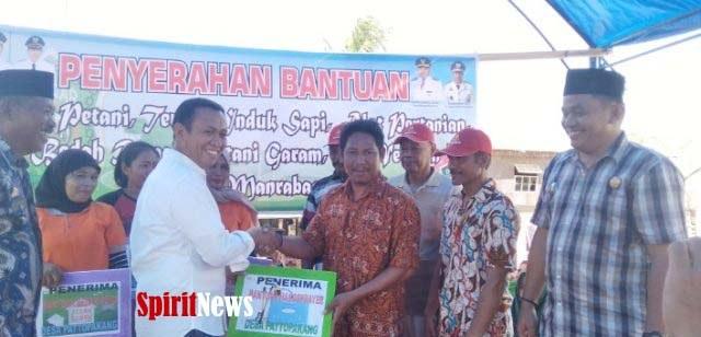 Bupati Takalar, Serahkan Bantuan Pada Warga Desa  Pattopakang