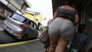Caderona hermosa shorts apretados marcado calzon calle